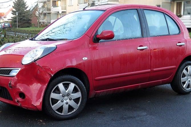 Rotes Auto mit Unfallschaden