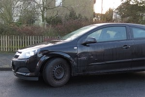 Schwarzes Auto mit Unfallschaden