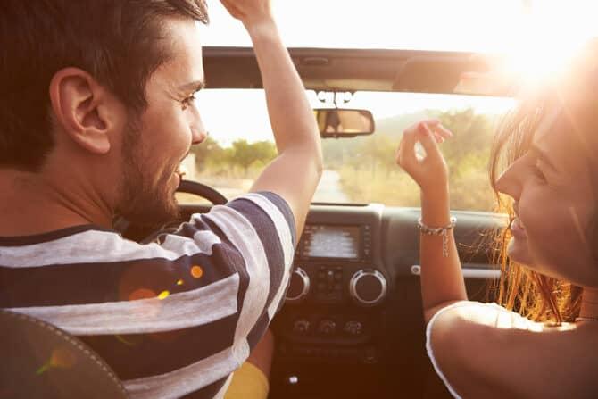 Glückliches Paar beim Autofahren