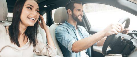 Pärchen beim Autofahren