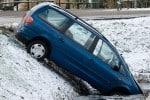 Auto im Graben bei Glatteis